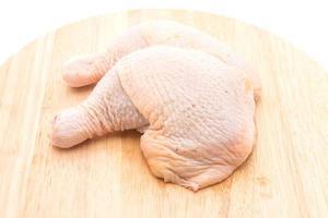 kycklinglår på vit bakgrund foto