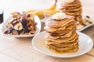 meny med blandad pannkaka - mandelpannkaka med chokladsirap, mandelpannkaka med honung och ostpannkaka foto
