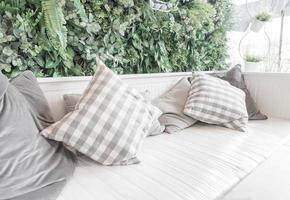 kudde på soffadekoration i vardagsrummet foto