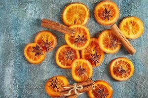 skivor torkade apelsiner eller mandariner med anis och kanel foto