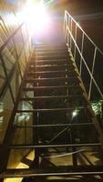 stegen är metall. trappan går högt upp foto