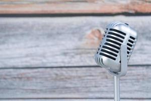 mikrofon retro på trä bakgrund foto