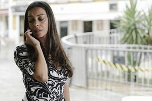 affärskvinna som talar i sin mobiltelefon foto
