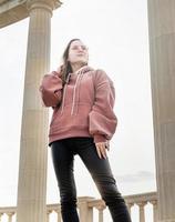 ung trendig tonåring flicka utomhus foto
