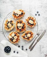 ovanifrån av nygjorda våfflor med blåbär, banan och yoghurt foto