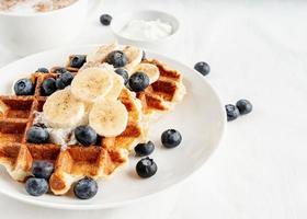 färskgjorda våfflor med blåbär, banan och yoghurt foto