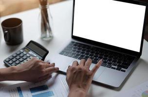 kvinnor som använder bärbar dator som arbetar hemma foto