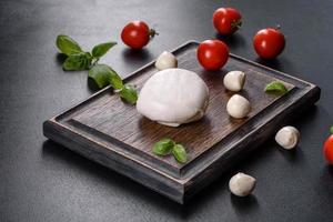 välsmakande färsk mozzarellaost för att göra caprese sallad foto