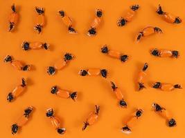 halloween semester lägenhet låg från orange och svart godis. foto