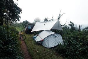 camping i en dimmig regnig dag i skogen foto