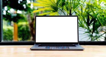 bärbar dator med blank skärm på skrivbordet, i office, tomt utrymme. begrepp foto