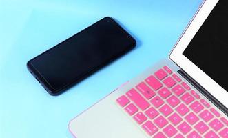 tangentbordsdisplay på bärbara datorer och prylar. vit bakgrund foto