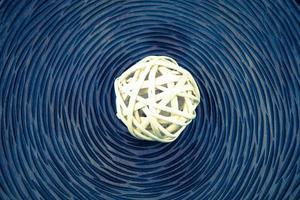 trä flätade bollar för dekoration foto