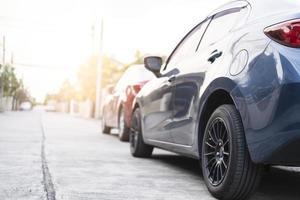 bilsvans ljusröd färg på svart bakgrund för kunder foto