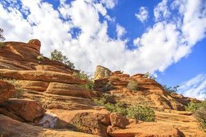 färgglada stenar på ett ökenberglandskap foto