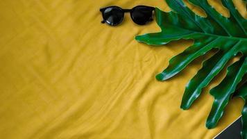 ovanifrån blad med glasögon på gul bakgrund foto