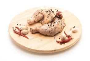 marinerad kycklinglår med sås, paprika, vitlök och torkad chili på träskiva foto