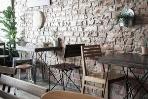tom trästol i restaurang - filter för vintageeffekt foto