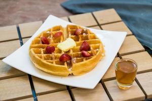 smörvaffel med honung och jordgubbe - efterrätt foto