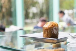 muffinkaka på tallrik i café foto
