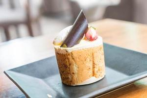 mango och passionsfrukt mousse tårta i café foto