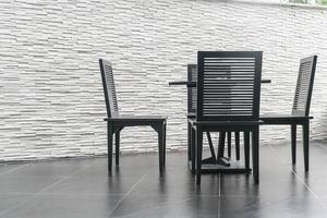 uteplats med tom stol och bord foto