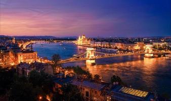 Budapest och Donaufloden på natten foto