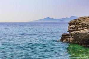 stor sten i naturliga kustlandskap på Kos Island Grekland. foto