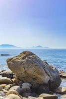 naturliga kustlandskap kos ö Grekland berg klippor stenar. foto