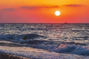 den vackraste färgglada solnedgången vid Ialysos Beach Rhodos Grekland. foto