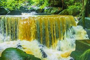 tar nim vattenfall och hemlig magisk trädgård koh samui thailand. foto