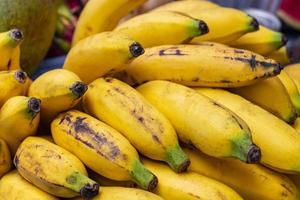 mogna läckra bananer frukt thailändsk mat koh samui i Thailand. foto