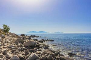 naturlandskap på Kos Island Grekland berg klippor stenar. foto
