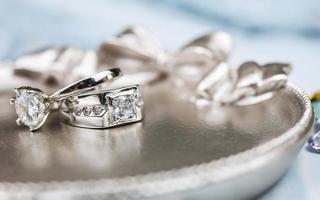närbild av förlovnings diamantring. kärlek och bröllop koncept. foto
