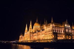 det ungerska parlamentet på natten, Budapest, Ungern foto