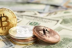 bitcoin stapel topp dolar räkningar. högkvalitativt vackert fotokoncept foto
