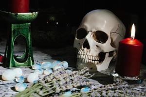 närbild av träbord med ockulta attribut. foto