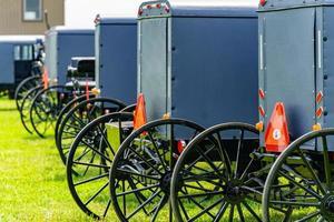 parkerade amish-barnvagnar foto