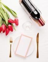 håna menyramen i restaurang eller café. ovanifrån av bordsdekningen foto