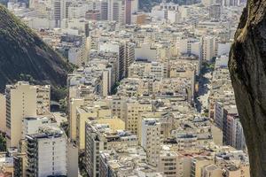 copacabana stadsdel sett från toppen av cantagalo-kullen i Rio de Janeiro, Brasilien foto