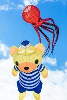 flygande drake med bläckfisk och björnformad foto