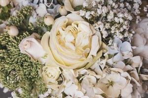 bukett rosor och blommor som används för ett bröllop foto