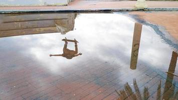reflektion av en hoppande åkare foto