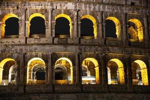 detalj av colosseum i Rom, nattfoto foto