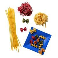 pasta former på vit bakgrund foto