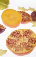 färsk passionfrukt på vit bakgrund foto