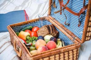 picknick korg med frukt och bröd på nära håll foto