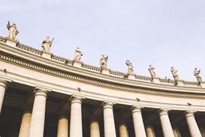marmorskulpturer av påvarna på st. peters square i Vatikanstaten foto