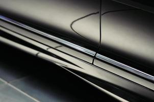 svarta bildörrdetaljer med vackra reflektioner. abstrakt bakgrund foto