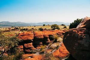 sydafrikanska magaliesbergplatån på en solig dag, röda stenar foto